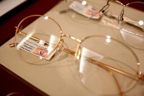 Mỗi chiếc kính Cartier do công ty này phân phối được dán tem chống hàng giả của Bộ Công An, nhãn in tên đơn vị phân phối và đại lý bán lẻ.