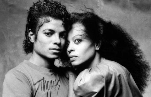 Diana Ross (phải) – một trong những nghệ sĩ nổi tiếng khác đứng lên bảo vệ Micheal Jackson. Ảnh: TheGrapeJuice.