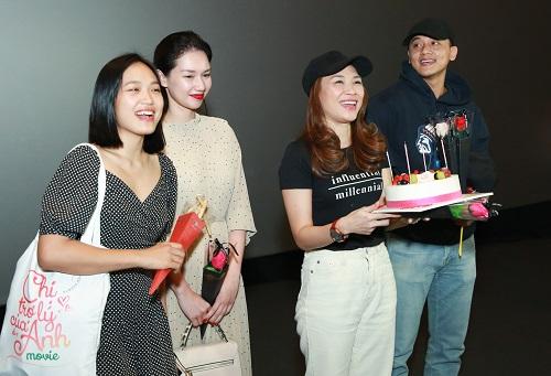 Từ trái sang: diễn viên Tuyết Anh, Quỳnh Chi, Mỹ Tâm và nam chính Mai Tài Phến. Trong phim, anh đóng giám đốc, nảy sinh tình cảm với nữ trợ lý hơn tuổi (Mỹ Tâm đóng).