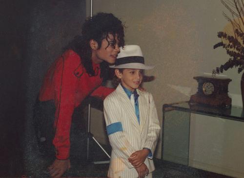 Wade Robson (trái) - nhân vật trong phim Leaving Neverland - lúc nhỏ cùng Micheal Jackson. Ảnh: NME.