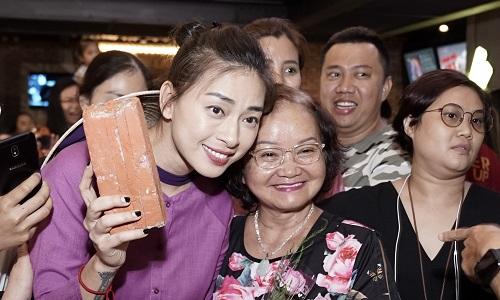 Ngô Thanh Vân giao lưu cùng khán giả ở một rạp tại TP HCM hôm 8/3.