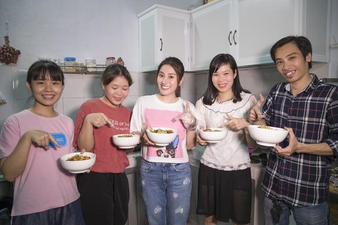 Tố My nấu mì Quảng đãi khán giả