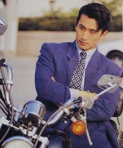 Trong suốt thập niên 1990, nam diễn viên gây sốt với khuôn mặt điển trai, được mệnh danh là tài tử nam tính nhất Hàn Quốc