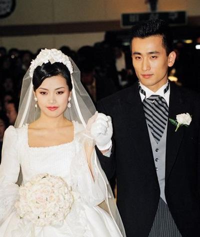Năm 1995, anh kết hôn với diễn viên Shin Ae Ra và sống hạnh phúc từ đó tới nay.