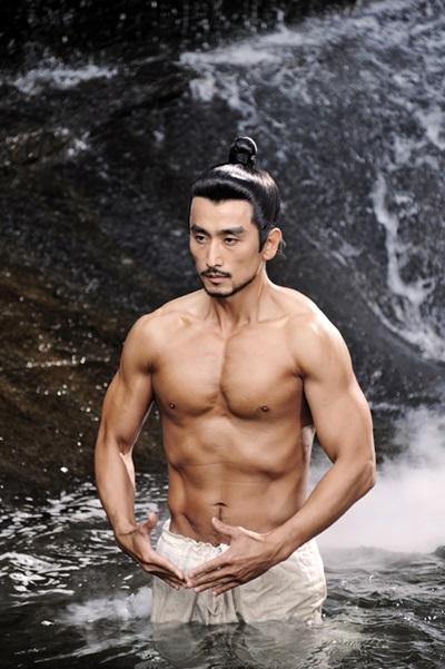 Tài tử khoe hình thể vạm vỡ khi vào vai anh hùng trong phim cổ trang Gye Baek năm 2011.