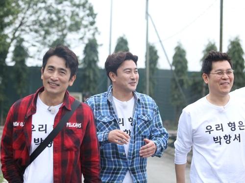 Cả  nhóm thăm học trò thầy Park Hang-seo và ghi hình cho một chương trình thực tế tại Việt Nam.