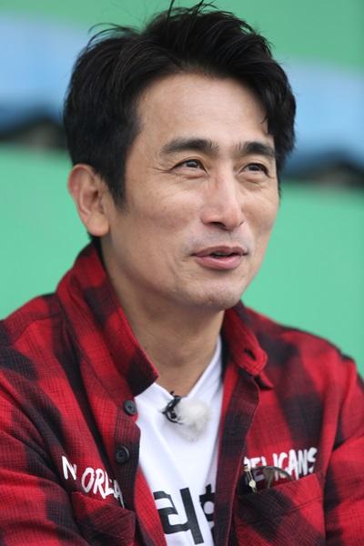 Hôm 25/3, anh tiếp tục sang Việt Nam cùng Cha In-pyo, Cho Tae-gwan, Kim Yong-man và cựu tiền đạo Ahn Jung-hwan.
