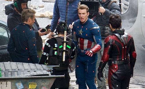 Robert Downey Jr. (trái) và Chris Evans (thứ hai từ phải sang) trên trường quay Avengers 4.