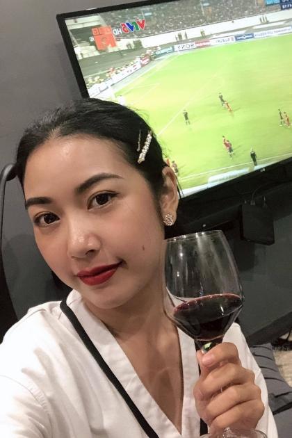 Thúy Vân xem bóng đá cùng hội bạn gái.