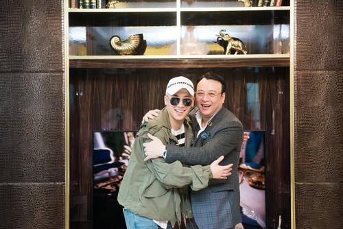 Seungri (trái) và chủ tịch Tân Hoàng Minh. Trang web của công ty này từng đăng tin chủ tập đoàn tặng nhà cho Seungri.