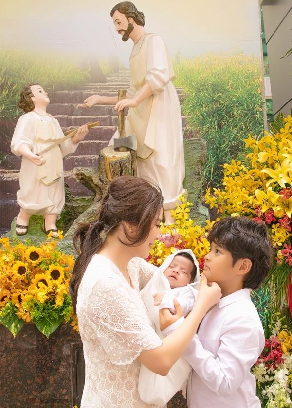 Thanh Thúy làm lễ rửa tội cho con trai