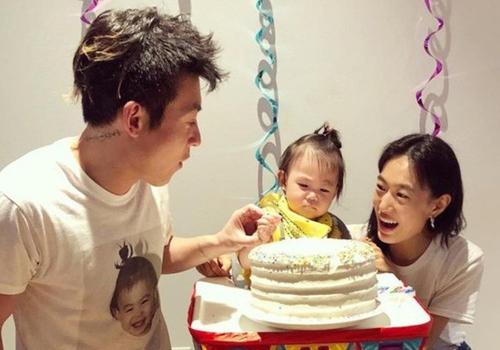 Sau nhiều năm sóng gió, Trần Quán Hy tập trung bảo vệ gia đình nhỏ. Trong ảnh, anh và bạn gái tổ chức sinh nhật một tuổi cho con.