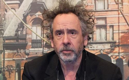 Tim Burton sinh năm 1958, từng đượchai đề cử Oscar cho các phim hoạt hình. Ông nổi tiếng khi pha trộn chất ma quái vào các tác phẩmthuộc nhiều thể loại.