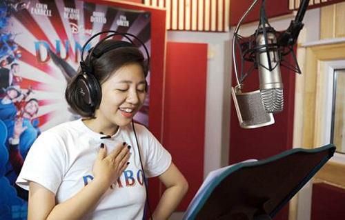 Văn Mai Hương hát bản tiếng Việt của bài Baby Mine - ca khúc được sử dụng ở cả phim hoạt hình và người đóng. Cô còn lồng tiếng nhân vật phụ Miss Atlantis - một thành viên gánh xiếc có giọng hát truyền cảm.