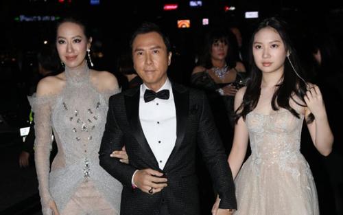 Chân Tử Đan cùng vợ con tại buổi tiệc amfAR ở Hong Kong tối 26/3.
