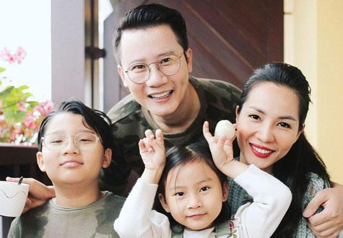 * Gia đình Hoàng Bách.