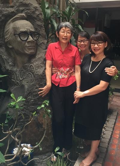 Bà Michiko (áo đỏ) bên tượng chân dung Trịnh Công Sơn.