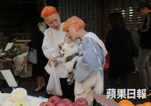 Trác Lâm và Andi đi chợ mua trái cây hôm 27/3.