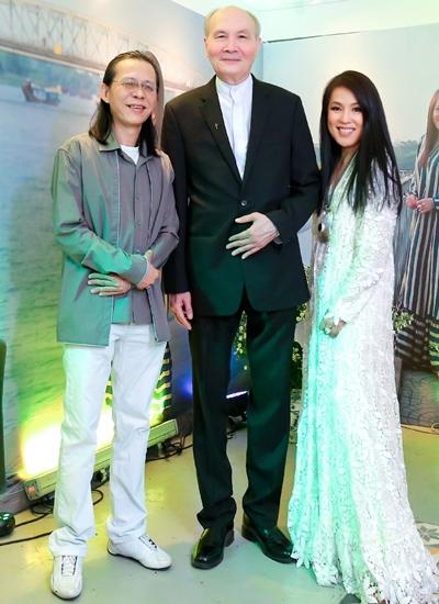 Nhạc sĩ Vũ Thành An (giữa) bên cạnh vợ chồng con trai cố nhạc sĩ Nguyễn Ánh 9.\