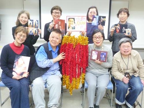 Khán giả Nhật gấp hạc tặng Trương Quốc Vinh.
