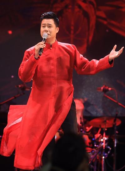 Quang Dũng biểu diễn với áo dài do em gái nhạc sĩ thiết kế.