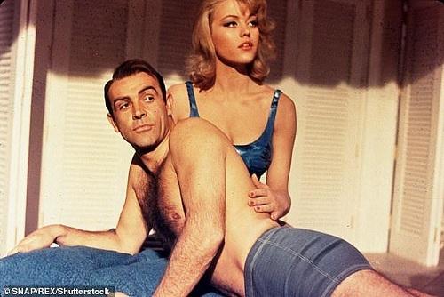 James Bond Sean Connery cùng Tania trong phiên bản 007 năm 1964. Ảnh: Rex