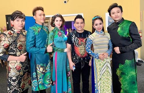 Diễn viênAnh Vũ (thứ ba từ phải sang) trong chuyến lưu diễn ở Mỹ trước khi mất.