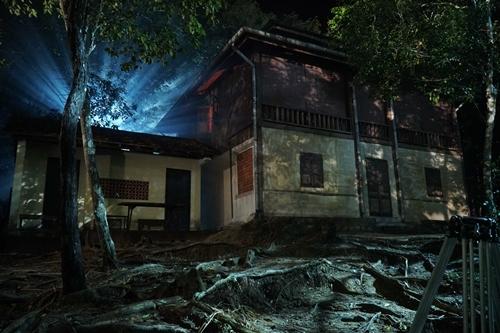 Bối cảnh căn nhà giữa rừng sâu