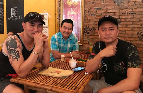Leon Vũ (trái) cùng Anh Vũ (giữa) và diễn viên Minh Cường trong một lần đi chơi chung.
