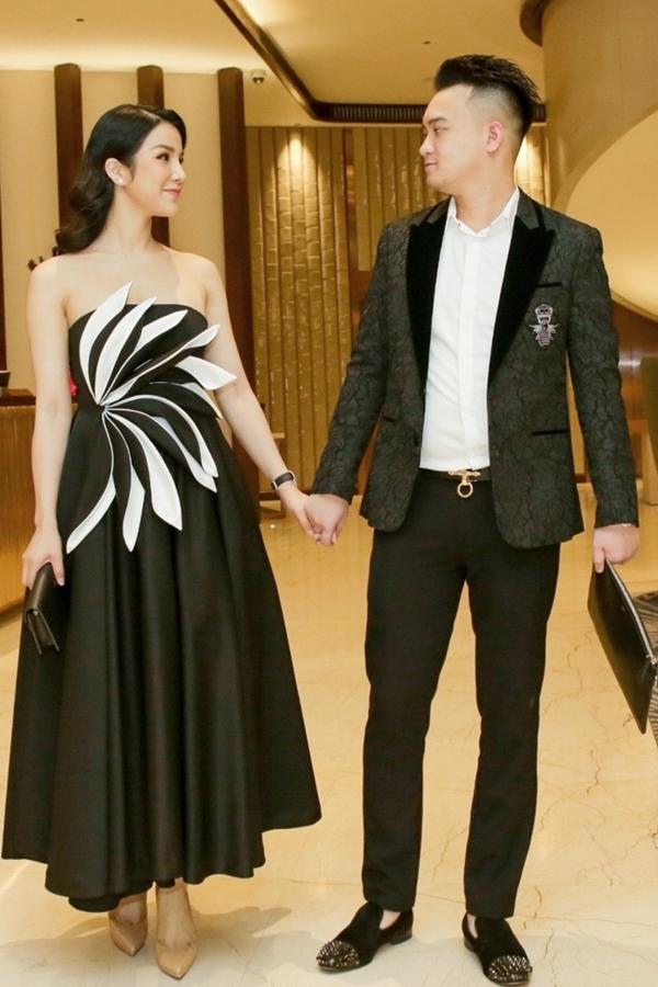 Vợ chồng Diệp Lâm Anh mặc đồng điệu