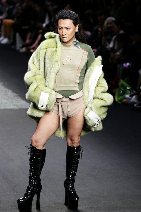 Tài tử 'Hoàn Châu cách cách' catwalk với quần siêu ngắn