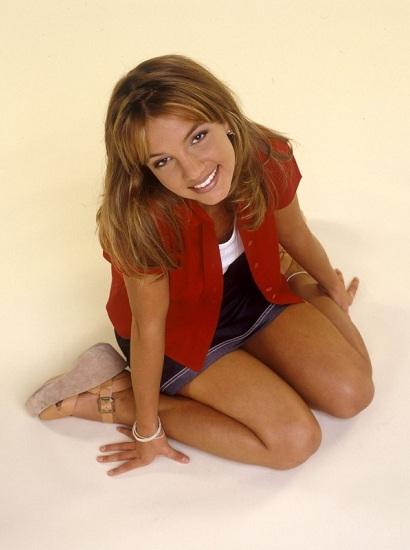 Britney ra mắt đĩa đơn đầu tiên Baby One More Time tháng 10/1998. Ca khúc đứng đầu BXH âm nhạc tại 18 quốc gia và khiến cô trở thành ca sĩ tuổi teen thành công nhất lịch sử. Biệt danh công chúa nhạc pop cũng ra đời từ đó. Ảnh: US Weekly.