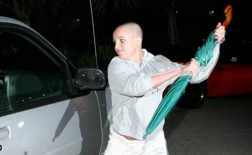 Britney trở nên nghiện ngập. Cô gây sốc khi tự cạo đầu và bị bắt gặp tấn công phóng viên cố gắng chụp trộm mình. Năm 2008, cô nhốt mình trong phòng cùng con trai trong 72 giờ vì không muốn trả con cho chồng. Tòa án đã ra án phạt nặng cho cô. Theo đó, Britney không được đưa ra các quyết định cá nhân và tài chính mà phải thông qua cha mình là ông Jamie Spears cùng luật sư Andrew Wallet. Ảnh: US Weekly.