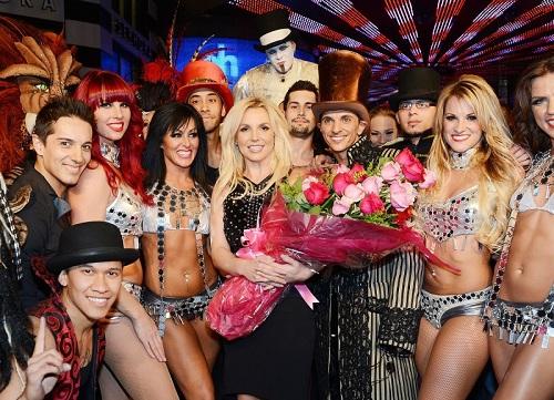Năm 2013, Britney chuyển đến Las Vegas và có những buổi diễn thường xuyên tại đây trong suốt 4 năm. Cô tìm lại thành công trong sự nghiệp và có một cuộc sống yên ổn cùng bố và bạn trai mới Sam Asghari. Ảnh: US Weekly.