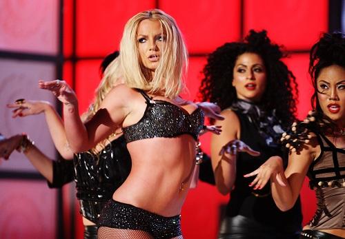 Cô trở lại con đường âm nhạc với album Blackout. Album được giới chuyên môn đánh giá cao và xuất hiện ở vị trí số 2 trên BXH Billboard 200. Năm 2008, Britney phát hành album thứ sáu Circus cùng tour lưu diễn vòng quanh thế giới. Cô suốt hiện với diện mạo mới khỏe khoắn hơn. Đây cũng là tour lưu diễn thành công nhất của nữ ca sĩ tính đến thời điểm này. Ảnh: RollingStone.
