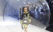 Mẫu nhí Việt catwalk trong bong bóng trên sàn diễn Thượng Hải
