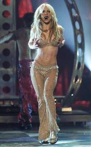 Britney Spears biểu diễn Oop!...I Did It Again! tại MTV Music Video Awards năm 2000. Cô dần xuất hiện với hình ảnh quyến rũ, mạnh mẽ hơn. Cô thống trị các BXH âm nhạc thế giới với những ca khúc và album của mình. Bốn album đầu tay (từ 1999 đến 2003) đều đứng top 1 bảng xếp hạng Billboard 200. Ảnh: EOnline.