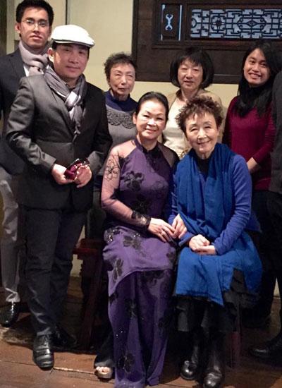 Ca sĩ Khánh Ly và nữ danh ca Nhật Bản Tokiko Kato (áo xanh)