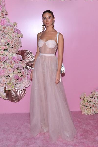 Carmella Rose, 22 tuổi, cao 1,72 m, là người mẫu trẻ đang lên tại Mỹ. Cô nổi tiếng với hình thể nóng bỏng.