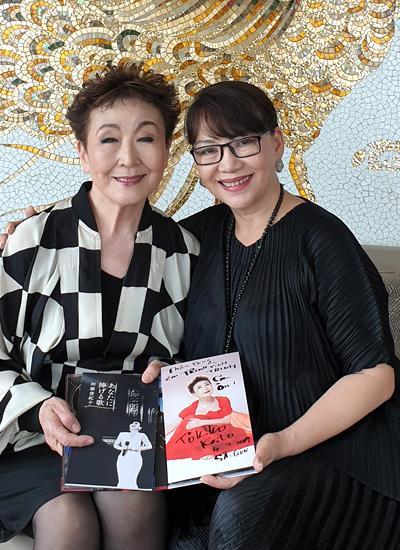 Sau đêm nhạc, Tokiko Kato gặp gỡ ca sĩ Trịnh Vĩnh Trinh tại TP HCM và tặng em gái cố nhạc sĩ Trịnh Công Sơn tuyển tập albumcủa bà, trong đó có đĩa ghi âm bà hát nhạc Trịnh. Ảnh: Thoại Hà.