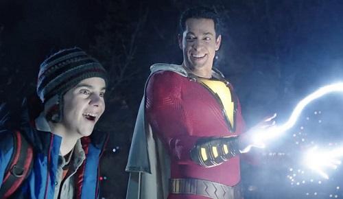 Shazam (phải) có nhiều năng lực như siêu sức mạnh, cơ thể siêu bền, bay và phóng điện.