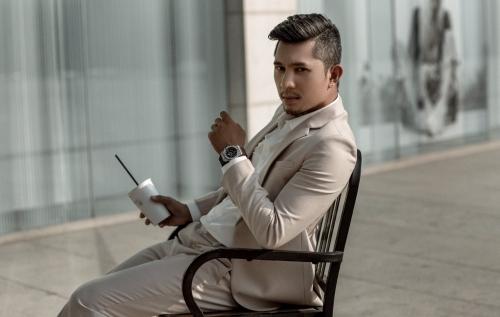 Anh ưa chuộng những bộ vest mỗi khi chụp ảnh thời trang hoặc đi event.