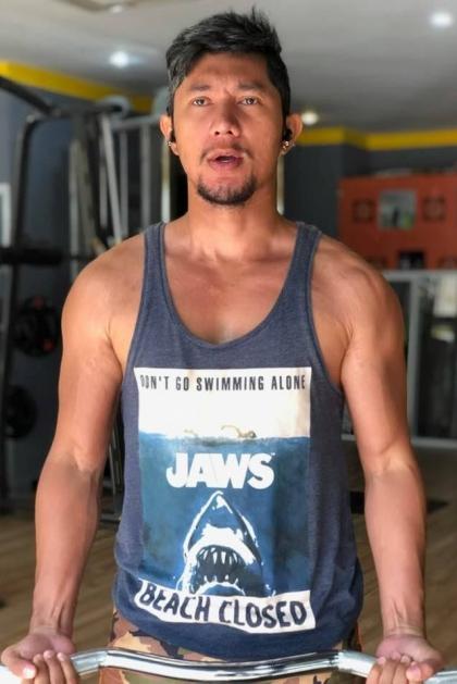 Bên cạnh gương mặt, nhạc sĩ cũng tích cực tập gym để cải thiện vóc dáng.