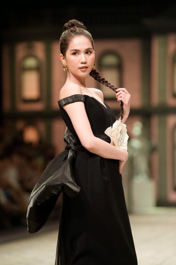 Ngọc Trinh diện váy xẻ ngực, trễ vai làm vedette