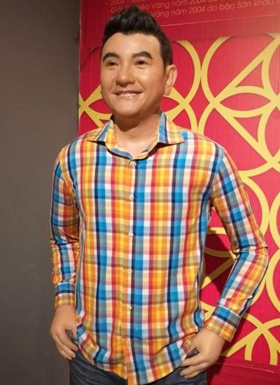Tượng Anh Vũ với trang phục anh từng mặc tại Nhà triển lãm tượng sáp nghệ sĩ Việt.