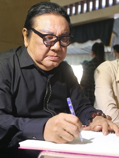 Phú Quý viết lời tiễn biệt đồng nghiệp trong sổ tang.