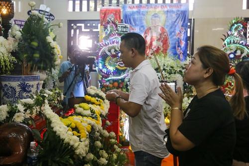 Gia đình mở cửa đón tiếp khán giả đến viếng. Tang lễ kéo dài Lễ viếng Anh Vũ tại Việt Nam bắt đầu lúc 16h ngày 9/4 tại chùa Ấn Quang. Lễ động quan kéo dài đếnsáng12/4. Sau đó, diễn viên được an táng tại nghĩa trang Phúc An Viên, quận 9.