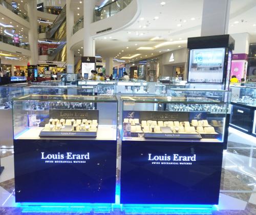 Ở Việt Nam, đồng hồ Louis Erard có hơn 10 điểm bán trên toàn quốc, tập trung tại các thành phố lớn. Đại diện Anh Khuê Sài Gòn cho biết, công ty đang tiếp tục mở rộng hệ thống bán lẻ và đại lý phân phối đồng hồ Louis Erard trong thời gian tới. Thương hiệu đồng hồ Thụy Sĩ Louis Erardxuất hiện tại Việt Nam vào năm 2016 do Anh Khuê Sài Gòn phân phối. Tổng số điểm bán trên toàn cầu của thương hiệutới hơn 1.000 cửa hàng.
