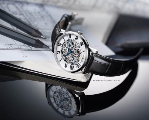 Excellent cũng có những sản phẩm được thiết kế theo kiểu open-heart (lộ cơ). Kiểu thiết kế độc đáo này được lòng nhiều người chơi đồng hồ trên thế giới. Nhìn qua phần mặt, có thể thấy rõ được sự chuyển động của các bánh xe và một phần cấu tạo bộ máycủa những chiếc đồng hồ cơ.