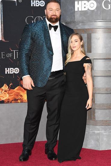 Bjornsson cùng vợ Kelsey Henson tại buổi công chiếu mùa mới Game of Thrones đầu tháng 4. Trong khi diễn viên cao 2,06m, vợ anh chỉ cao 1,57m. Ảnh: Rex.